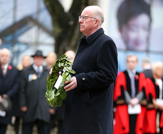 Minister Flanagan presents a wreath at the Cenotaph.